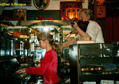 Chez un luthier à Prague